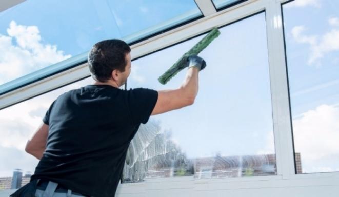 Когда лучше всего мыть окна и куда обратиться за помощью в Нью-Йорке?